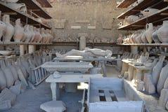 La raccolta degli oggetti ha trovato durante gli scavi a Pompei antica Fotografie Stock Libere da Diritti