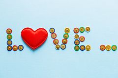 La raccolta dei bottoni multicolori della cancelleria, tema di amore di parola di amore Immagini Stock Libere da Diritti
