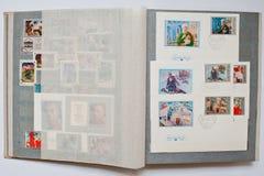 La raccolta dei francobolli in album ha stampato dall'URSS Immagine Stock Libera da Diritti