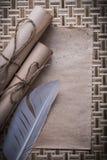 La raccolta dei rotoli di carta legati con corde del foglio bianco d'annata plume fotografia stock libera da diritti