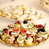 la raccolta del dolce di nozze agglutina sulla tavola Immagine Stock