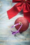 La raccolta del Natale rosso piega la bagattella sulle feste del bordo di legno Immagini Stock