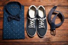 La raccolta dell'uomo dei vestiti nello stile casuale Immagine Stock