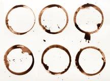 La raccolta della tazza di caffè asciutta macchia su fondo bianco Immagine Stock Libera da Diritti