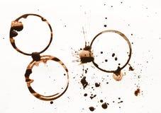 La raccolta della tazza di caffè asciutta macchia su fondo bianco Fotografia Stock