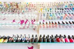 La raccolta di bottiglia variopinta dello smalto del manicure ha messo sullo scaffale Fotografia Stock