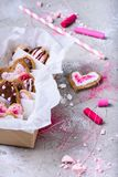 La raccolta di cuore ha modellato i biscotti del biglietto di S. Valentino sulla superficie di grey Fotografia Stock