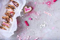 La raccolta di cuore ha modellato i biscotti del biglietto di S. Valentino sulla superficie di grey Immagine Stock