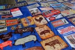 La raccolta di metallo firma per la vendita, mercato delle pulci del tronco del ` s dell'elefante, nuovo Milford, CT 2017 Fotografie Stock Libere da Diritti