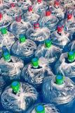 La raccolta in plastica blu ha avvolto i contenitori dell'acqua, Qingdao, Cina Fotografia Stock Libera da Diritti