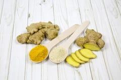 La racine du gingembre a entièrement découpé en tranches, dans des cuillères en bois a écrasé le gingembre et le safran des indes photos libres de droits