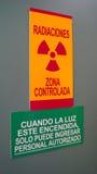 La radiación amonestadora firma adentro un área del hospital del rayo de x Imagen de archivo libre de regalías