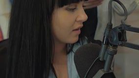 La radio DJ nello studio di radiodiffusione sta funzionando video d archivio