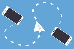 La radio due ha collegato gli smartphones e l'aereo di carta su fondo blu Illustrazione del messaggero mobile, comunicazione di c Fotografie Stock