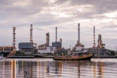 La raffineria di petrolio, barche del rimorchiatore sta navigando attraverso il industr della raffineria di petrolio Fotografie Stock Libere da Diritti