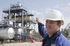 La raffineria industriale del petrolio e del gas dell'assistente tecnico Immagini Stock Libere da Diritti