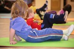 La ragazza è agganciata in ginnastica Fotografia Stock Libera da Diritti