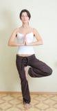 La ragazza è agganciata nell'yoga Fotografie Stock Libere da Diritti