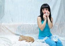 La ragazza è allergica al gatto Immagini Stock Libere da Diritti