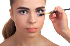 La ragazza è allineata con i cigli su un fondo isolato bianco Fotografie Stock