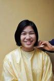 La ragazza è capelli di taglio Fotografia Stock