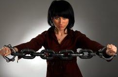 La ragazza è catena noi stessi del metallo della holding Immagini Stock Libere da Diritti