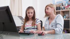 La ragazza è confusa con il suo compito e le sue prove del genitore per aiutare video d archivio