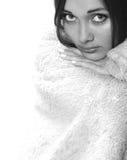 La ragazza è coperta da un plaid un coverlet Immagine Stock Libera da Diritti