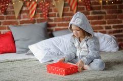 La ragazza è delusa con il regalo di Natale Immagini Stock