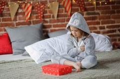La ragazza è delusa con il regalo di Natale Fotografie Stock