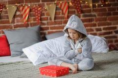 La ragazza è delusa con il regalo di Natale Immagine Stock