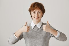 La ragazza è entusiasmata con l'idea eccellente Colpo dell'interno della donna ottimistica emozionante con i capelli e le lentigg Fotografia Stock
