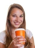 La ragazza è felice circa il suo caffè caldo Immagine Stock Libera da Diritti