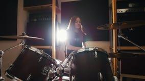 La ragazza è giochi molto emozionali del batterista i tamburi nello studio archivi video