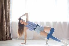 La ragazza è impegnata in forma fisica e ginnastica Fotografia Stock Libera da Diritti