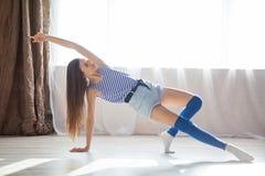 La ragazza è impegnata in forma fisica e ginnastica Immagini Stock Libere da Diritti