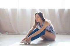 La ragazza è impegnata in forma fisica e ginnastica Fotografie Stock Libere da Diritti
