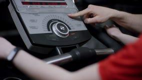 La ragazza è impegnata nel simulatore dell'elissoide, ma la vettura è venuto a cambiare gli stttings ed ha abbassato la velocità  stock footage