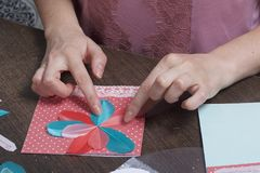 La ragazza è impegnata nella fabbricazione delle cartoline d'auguri a casa Facendo uso di carta, di pizzo, della treccia e di alt fotografia stock libera da diritti