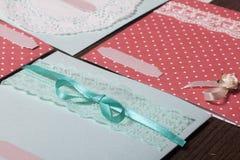 La ragazza è impegnata nella fabbricazione delle cartoline d'auguri a casa Facendo uso di carta, di pizzo, della treccia e di alt fotografia stock