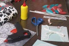 La ragazza è impegnata nella fabbricazione delle cartoline d'auguri a casa Facendo uso di carta, di pizzo, della treccia e di alt immagini stock libere da diritti