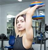La ragazza è impegnata in sport e ginnastica Fotografia Stock