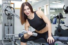 La ragazza è impegnata in sport e ginnastica Fotografia Stock Libera da Diritti