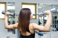 La ragazza è impegnata in sport e ginnastica Fotografie Stock