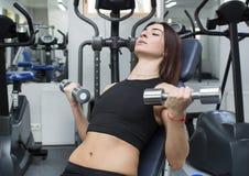 La ragazza è impegnata in sport e ginnastica Immagine Stock Libera da Diritti