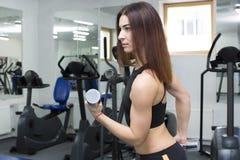 La ragazza è impegnata in sport e ginnastica Immagini Stock Libere da Diritti