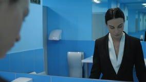 La ragazza è insoddisfatta del suo aspetto, sguardi frustrati della giovane donna a se stessa nello specchio e poi sul telefono c
