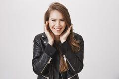 La ragazza è soddisfatta con il risultato dopo la procedura di cosmetologia Ritratto della donna caucasica felice soddisfatta in  Immagini Stock