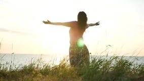 La ragazza è sorpresa dal tramonto dal mare, mani su HD, 1920x1080 Movimento lento archivi video