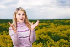 La ragazza è sorpresa piacevolmente fotografia stock libera da diritti